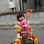 1歳7ヶ月 ワンワンの三輪車に乗る